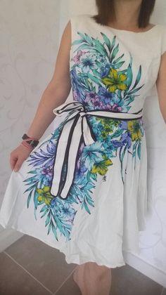 Mon dressing Vinted · Superbe robe blanche et fleurie - Superbe robe  blanche et fleurs bleues. Jupon. Ceinture 9e36a56e5ca