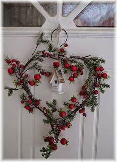 Festive wall and door decoration ideas with wreaths - Bastelideen - Natal Noel Christmas, Country Christmas, All Things Christmas, Winter Christmas, Simple Christmas, Woodland Christmas, Winter Holidays, Christmas Berries, Cottage Christmas