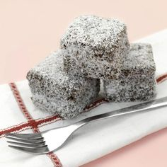 Bake up a storm January 26 with this Australia Day Lamingtons recipe! Chocolate Marshmallow Cake, Chocolate Marshmallows, Love Chocolate, Chocolate Cake, Australian Party, Australian Food, Australian Recipes, Aussie Food, Lamingtons Recipe
