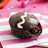 Gotta have chocolate for this party! Rockin' Karaoke Party: Marshmallow Cupcakes: The marshmallow cream design atop each delicious chocolate glazed cupcake. Marshmallow Cupcakes, Marshmallow Cream, Chocolate Cupcakes Filled, Chocolate Marshmallows, Cupcake Recipes, Cupcake Cakes, Dessert Recipes, Cup Cakes, Dessert Ideas