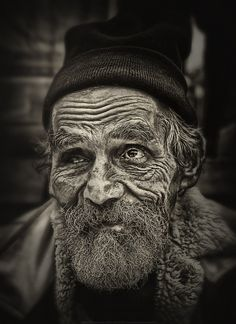 Old guy, great face, beard, wrinckles, aged, a face with many stories to tell, portrait, expression, lines of life, photo b/w.