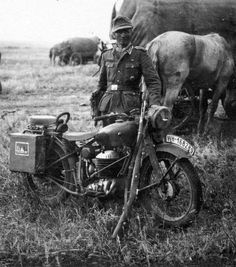 German soldier posing with a Motorcycle Puch 350 GS en Russia German Soldiers Ww2, German Army, Military Photos, Military History, Sidecar, Mg34, Germany Ww2, Army Vehicles, Classic Bikes