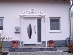 Das Haustürvordach Rom ist ein klassisches Satteldach mit umlaufender Regenrinne, die standardmäßig durch zwei Wasserspeier entwässert wird.