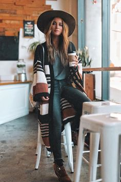31 Inspiring Winter Boho Outfit Styling Ideas to Complete Your Bohemian Style - Artbrid - Black Women Fashion, Look Fashion, Womens Fashion, Fashion Design, Ladies Fashion, Fashion 2018, Simply Fashion, Fashion Sites, High Fashion