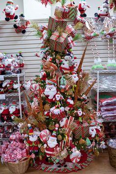 """Los colores tradicionales están muy de moda en este año y aquí les mostramos colecciones de Santa combinados con muñecos de nieves en las tonalidades rojo, verde y dorados.    *Nuestros árboles están decorados con la intención de ser exhibidos en el """"showroom"""". Por eso mostramos en un solo árbol diversas ideas que puedes escoger para tu decoración. Los invitamos a que participen de nuestros talleres gratuitos o entren a nuestro canal de youtube para que puedan ser inspirados en esta Navidad."""