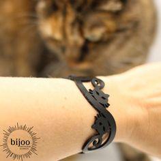 Hallo Katzenliebhaber! Dies ist ein schwarzes Naturkautschuk Armband das sich aus Katzenköpfen und Schwänzen zusammen setzt und zeigt wie sehr du Katzen liebst! Bracelets, Leather, Jewelry, Fashion, Cat Necklace, Cat Jewelry, Ear Piercings, Cat Ring, Natural Rubber