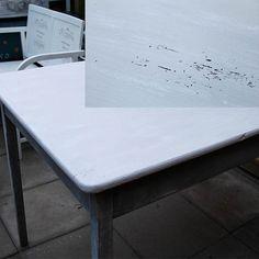 Spisbord: Borbenene er bibeholdt i de oprindelige flere lag farver og slebet lidt ekstra i kanterne. Så har det afsyrede bordblade blevet slebet fin, og vasket rent igen. Derefter malet med tyndt lag Old White, godt fortyndet med vand. Desværre gennemslag fra afsyring på bordplade, som fik et tyndt lag spærregrunder og et meget tyndt lag French Linen (også fortyndet godt med vand) og lakeret med AS lak. Resultat: Lagene giver godt farvespil og passer godt til de gamle bordben!