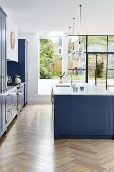 A deep blue kitchen in an open plan kitchen design with a beautiful kitchen island in the same blue colour. A deep blue kitchen in an open plan kitchen design with a beautiful kitchen island in the same blue colour. Faux Wood Flooring, Kitchen Flooring, Flooring Ideas, Wood Floor Kitchen, Modern Flooring, Laminate Flooring, Open Plan Kitchen Living Room, New Kitchen, Stylish Kitchen