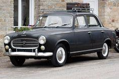 Pour ce lundi, la dernière vieille de l'année : Cette chouette Peugeot 403 dans son jus ! Très bon réveillon à toutes & à tous ;)