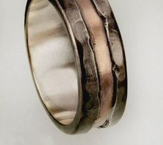 Wedding Band, Unique Mens ring, Mens Engagement Ring, Mens Promise ring, Engraved Personalized Mens wedding Band, RS-1191 A dual tone ring that is as striking as it is symbolic makes this silver copper piece the ultimate gift for him. The handcrafted textured details and exclusive black #menweddingrings Promise Rings Få mere information på vores websted https://storelatina.com/ #Sini #змовін #انځورونه #promiseringsformen