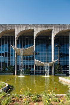 Las arcadas de hormigón del Palacio de Justicia de Brasil, en Brasilia (obra de Niemeyer) alojan rítmicas cascadas. Las láminas de agua y el paisajismo de Roberto Burle Marx lo envuelven todo. AD España, © FRAN PARENTE