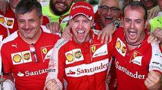 なんだかベッテル好きなんだよなぁ。赤も似合う! セバスチャン・ベッテル(フェラーリ) 優勝を喜ぶ、2015年F1マレーシアGP