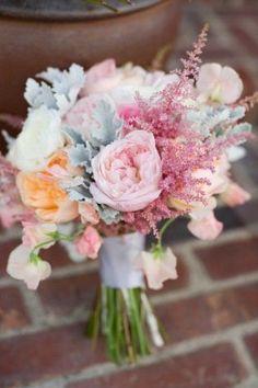 Además durante su reinado las flores adquirieron significado y eran utilizadas por las parejas para mandarse mensajes secretos, por lo que la novia el día de la Boda escogía unas determinadas flores por el significado que tenían para ella.