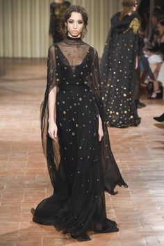 The complete Alberta Ferretti Fall 2017 Ready-to-Wear fashion show now on Vogue Runway. Moda Fashion, Runway Fashion, High Fashion, Fashion Show, Fashion Design, Fashion Black, Fall Fashion, Haute Couture Style, Vogue