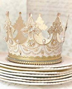 I don't know where to begin with how much I want to make one of these. for every day of the week! 😍😍😍😍😍😍😍😍😍😍😍 A Gilded Life shares how to make tiaras and crowns from paper and a die-cutting machine! How To Make Tiara, Make A Crown, Diy Crown, Crown Decor, Crown Crafts, Senior Crowns, Girl Birthday, Birthday Parties, Diy And Crafts