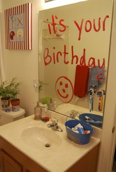 20 ways to make your child feel special on their birthday! (Qué hermoso detalle el de la puerta con globos...)