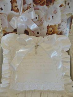 Almofadinha em pique branco com apliques de passa fita e fita de cetim ,com tercinho . R$ 200,00