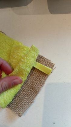 A very simple tutorial to make a washable sponge with three times nothing! Easy sewing, accessible to beginners and in zero waste optics. Source by elisabethlanglo Diy Couture, Couture Sewing, Sewing Tutorials, Sewing Projects, Sewing Tips, Cotton Towels, Zero Waste, Craft Gifts, Arm Warmers