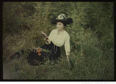 [Femme assise dans l'herbe, lisant un livre] : [photographie] / [non identifié]
