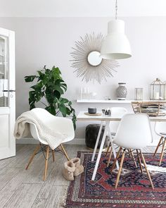 This reduced ethnic look in soft colors makes for an ex . Table Decor Living Room, Dining Table Chairs, Living Room Kitchen, Living Room Bedroom, Gothic Living Rooms, Small Space Kitchen, Home Living, Soft Colors, Sweet Home