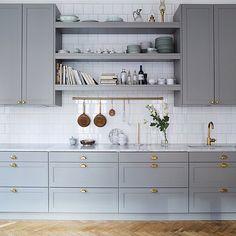 """""""Ett grått kök med mässingsbeslag, det ska jag någon dag ha i mitt hem Så galet snyggt. #nyahemmet #inspiration Foto från: @inredningsfotografen """""""