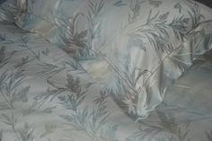 Saffo Celeste   Saffo: raffinato tessuto damascato, con delicate sfumature celeste e argento armonizzate con la massima maestria tessile italiana. 100% Cotone