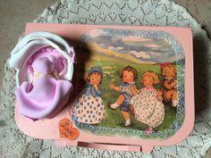 Valisette de naissance personnalisable rose avec bébé dans son couffin en pâte polymère, valisette, bébé fimo,cadeau naissance de la boutique cadeaumagique sur Etsy