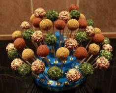 Cake pops salés fait maison par Chayanne.Pour la base : - un paquet de biscuits Tuc - 200g de St Moret  Pour le glaçage : - 3 cs de fromage blanc - 2...