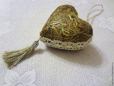 Хочу предложить вашему вниманию идею создания сердца из сухой травы или сена. У меня дома образовался целый мешок сена, который я хотела использовать на даче для огородного пугала, разумеется декоративного. Думала сшить пугало из мешковины, набить сеном и так далее, но руки не дошли. А сейчас я загорелась сделать из сена сердечко, тем более, что у меня есть пластиковая заготов…