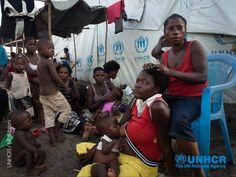 Dalla metà di luglio, centinaia e centinaia di #rifugiati hanno lasciato la Repubblica Democratica del #Congo, raggiungendo la vicina #Uganda. Molti di loro si sono fermati nel centro di transito di Bubukwanga, che è ormai sovraffollato. Per questo, dal mese di agosto, gli ospiti di Bubukwanga vengono trasferiti 280 km a nord, nel centro Kyanguali. Lì potranno avere accesso a servizi migliori e a lungo termine: http://www.unhcr.org/pages/503353336.html
