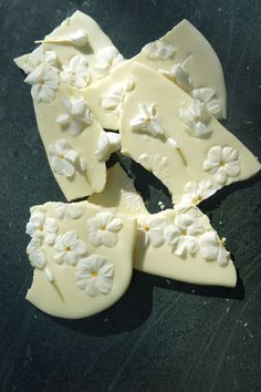 White Chocolate Phlox Bark -- recipe suggest elderflowers as a spring substitute, but I think I'd do lilac Eatable Flowers, Lollipop Recipe, White Chocolate Bark, Fairy Food, Eat Pretty, Bark Recipe, Flower Food, Frozen Desserts, Sweet Recipes