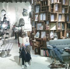Bibliotecas  En una de nuestras últimas paradas de la ruta librera nos fuimos hasta el cuore de la zona Tortona de Milán.Para llegar a la biblioteca de libros de arte y fotografía  hay que pasar por un portón antiguo y de ahí a un jardín de olivos y malvones.El cocept store del diseñador Antonio Marras es un espacio  de colecciones de modalibros de Cartier  Bressonwarhol Dalícuadros y muebles de diseño.  Una biblioteca escondida en la Vía Cola dí Rienzo.  #bibliophilia #biblioteca…