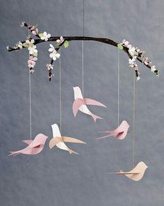 Móvil con pájaros de papel.