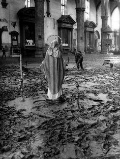 A cidade italiana de Florença sofreu um dos maiores desastres naturais do país em 1966. Dezenas de pessoas morreram e milhares de obras de arte foram destruídas. Veja aqui as imagens.