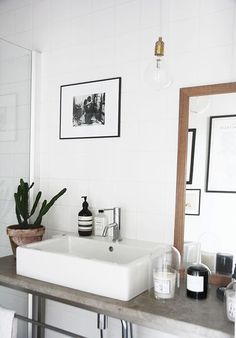 kleines bad modern einrichten badewanne waschtisch regale. Black Bedroom Furniture Sets. Home Design Ideas