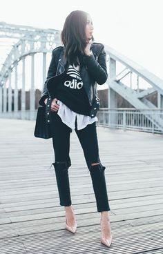 Street style look moletom Adidas, calça jeans rasgada, scarpin nude e bolsa preta.
