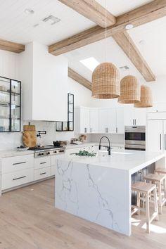 White Kitchen Decor, Home Decor Kitchen, Home Kitchens, Small Kitchens, Kitchen Ideas, White Marble Kitchen, Modern Farmhouse Kitchens, Kitchen Trends, Marble Kitchen Countertops