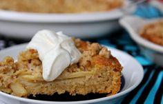 Herkullinen omenapiirakka on klassikkoherkku. Pähkinäisestä muruseoksta piirakkaan tulee kaunis ja maukas pinta.