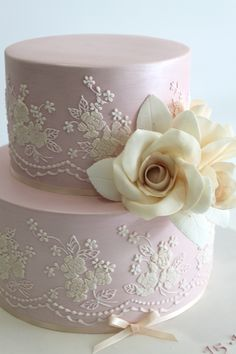 "Faye Cahill Cake Design ""vintage lace"" ~ Light lavender with ivory detail and a gardenia. Love the thin ribbon at the bottom. Beautiful cake. ᘡղbᘠ"