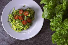 Das Rezept für Zoodles mit Avocado-Pesto mit allen nötigen Zutaten und der einfachsten Zubereitung - gesund kochen mit FIT FOR FUN