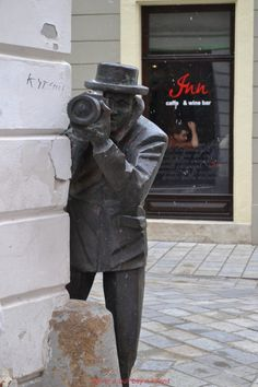Bratislava, Slovakia - the city of sculptures. These guys are everywhere, so fun. Graffiti, Bósnia E Herzegovina, Europe Centrale, Street Art, Bratislava Slovakia, Art Sculpture, Metal Sculptures, Central Europe, Parcs