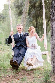 Schommelen leuk photosheet idee voor backyard bruiloft of bruiloft in het bos.