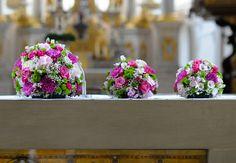 #Sommerliche #Blütenkugeln in #weiß #pink und #apfelgrün sehen in jeder #Kirche #zauberhaft aus - #Rosen #Schleierkraut #Chrysanthemum #Santini - #church #decorations #weddinginspiration #wedding #ideas