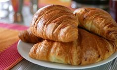 Para empezar bien el dia con un desayuno a la francesa, descubre la receta para hacer paso a paso los auténticos croissants