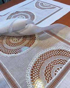 🌠🌟🎉🎊🎇🎆Anıtpar. Ankara.🎆🎇🎊🎉🌟🌠 Alıntı..... Lâle desenli çok güzel bir heşap işi. Lâle nakışlarımızda çok kullandığımız çiçeklerden en… Crochet Table Runner, Crochet Tablecloth, Crochet Cushions, Bargello, Cushion Fabric, Needle And Thread, Diy Crafts To Sell, Crochet Stitches, Embroidery