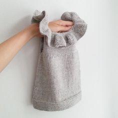 Gleder meg til denne passer lillepia - og supert at hun kan… Baby Knitting Patterns, Knitting For Kids, Knitting Projects, Crochet Baby, Knit Crochet, Knit Baby Dress, Diy Bebe, Big Knits, How To Purl Knit