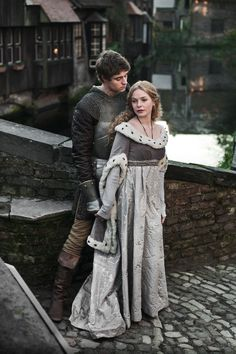 Max Irons as Edward IV and Rebecca Ferguson as Elizabeth Woodville inThe White Queen (TV Series, 2013).