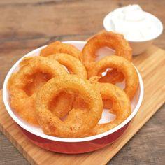 Zobrazit Cibulové kroužky v pivním těstíčku receptů Poke Bowl, Onion Rings, Party Snacks, Starters, Food And Drink, Ale, Pizza, Cooking, Ethnic Recipes