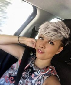 How to style the Pixie cut? Despite what we think of short cuts , it is possible to play with his hair and to style his Pixie cut as he pleases. Pixie Cut Blond, Pixie Haircut For Thick Hair, Bobs For Thin Hair, Short Hairstyles For Thick Hair, Short Brown Hair, Short Pixie Haircuts, Short Blonde, Hairstyles Haircuts, Short Hair Cuts