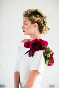 Bricolage accented a slouchy bridal top with an elaborate shoulder corsage, fashioning a kind of floral epaulette out of peonies, garden roses, scabiosa pods, and foxglove tendrils. The rich red and fuchsia hues added beautiful contrast. Red Wedding Flowers, Floral Wedding, Flower Corsage, Prom Corsage, Scabiosa Pods, Red Wedding Decorations, Flower Girl Photos, Bridal Tops, Peonies Garden